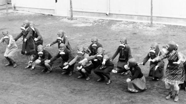 Chemische Waffen: Zu Beginn des Zweiten Weltkriegs mussten Kinder in Berlin das Verhalten bei Gasangriffen trainieren.