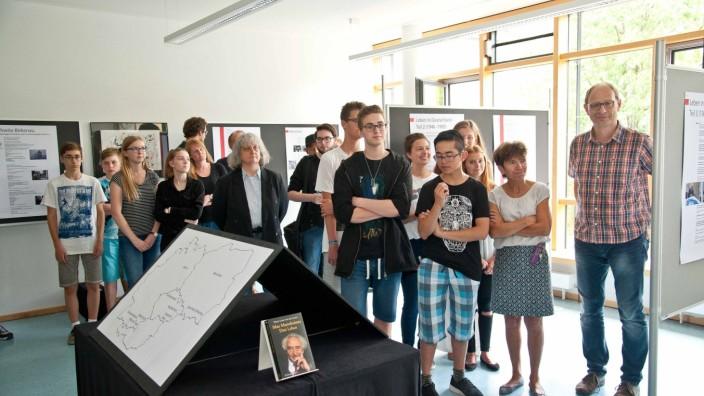 Grafing: Die jungen Leute haben in ihrer Freizeit die Ausstellung konzipiert und zusammengestellt. Noch bis zum Ende des Schuljahrs ist sie zu sehen.