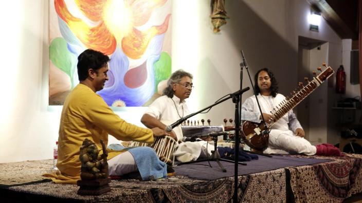 Aus Varanasi nach Geretsried: Pandit Vikash Maharaj (Mitte) und seine Söhne Prabash (l.) und Abishek begeistern ihr Geretsrieder Publikum.