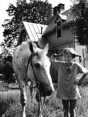 Inger Nilsson als Pippi Langstrumpf mit ihrem Pferd Kleiner Onkel