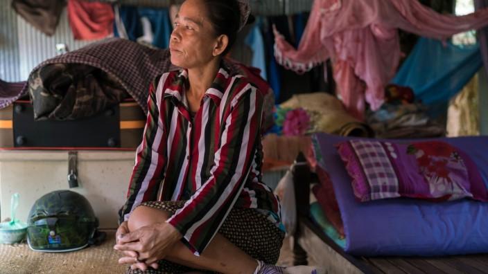 Spuren der Gewalt: Ros Mom lebt mit ihrem Mann unweit der Tempelruine Angkor Wat im Dschungel. Vor einigen Monaten hatte sie kein Geld mehr, um das für sie lebenswichtige Insulin zu bezahlen.