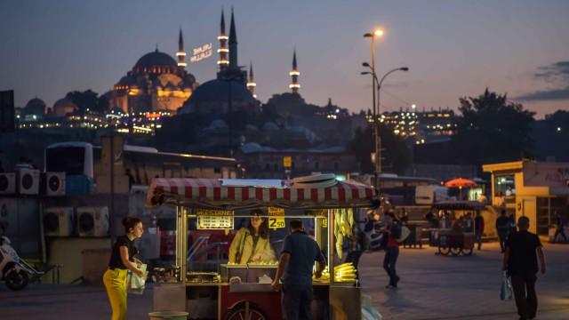 Urlauber buchen kurzfristiger: Reiseziel Istanbul: Wegen der politischen Unsicherheiten sind die Buchungszahlen zurückgegangen, doch mittlerweile locken günstige Preise viele Besucher ins Land.