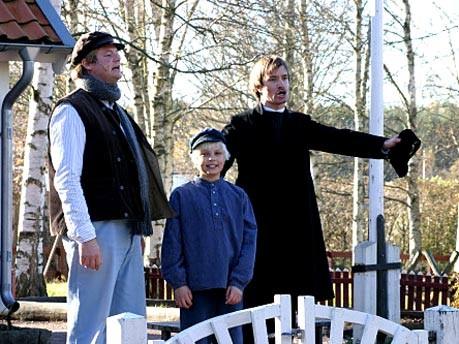 """Schauspieler stellen im Erlebnispark """"Astrid Lindgrens Welt"""" eine Szene aus """"Michel aus Lönneberga"""""""