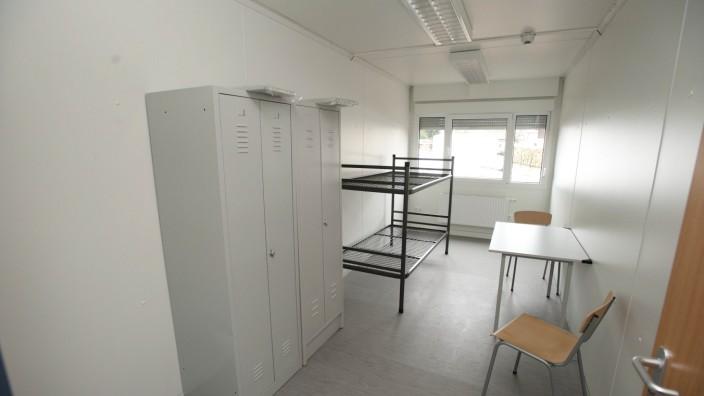 Asylpolitik: Ein Zweibettzimmer im Zornedinger Containerdorf vor dem Einzug: Viele Flüchtlinge bleiben nach ihrer Anerkennung mangels Alternativen zunächst in den Unterkünften der Staatsregierung wohnen.