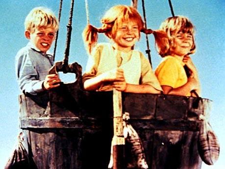 Tommi (Paer Sundberg) und Annika (Maria Persson, r.) sitzen in einer Szene eines Kinderfilmes mit ihrer Freundin Pippi Langstrumpf (Inger Nilsson, M.)