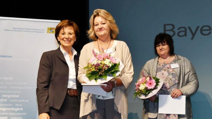 Fürstenfeldbruck: Beim Bayerischen Sozialtag in Erding zeichnet Sozialministerin Emilia Müller (links) auch die Fürstenfeldbruckerin Barbara Kistler aus.
