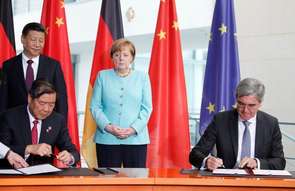 Siemens President and CEO Joe Kaeser and NDRC Director He Lifeng take part in a contract signing ceremony at the Chancellery in Berlin