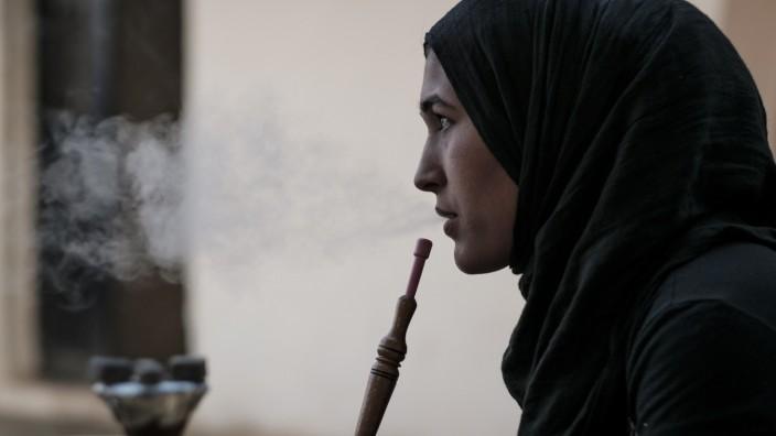 Krieg in Syrien: Die 18-jährige Syrerin Amina wurde von ihren Eltern vor drei Jahren an einen libanesischen Mann verheiratet. Heute zieht sie von Zeltlager zu Zeltlager, um andere Familien vor einer Kinderheirat zu warnen.
