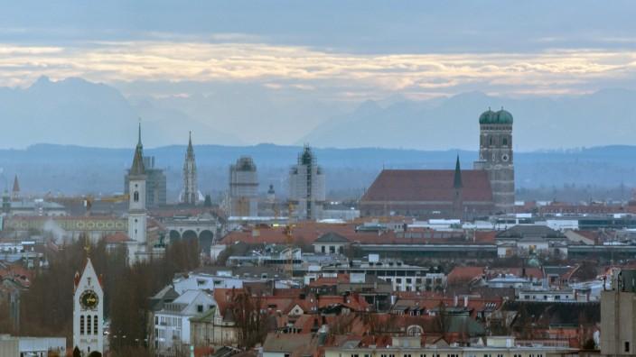 Münchner Altstadt vor Alpenpanorama