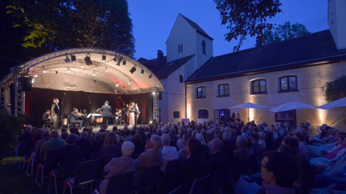 """Grünwald: Generalangriff auf die Sinne: Optisch wie akustisch war die """"Grünwalder Sommernacht"""" wieder einmal gelungen. Und auch die Pasta mundete."""