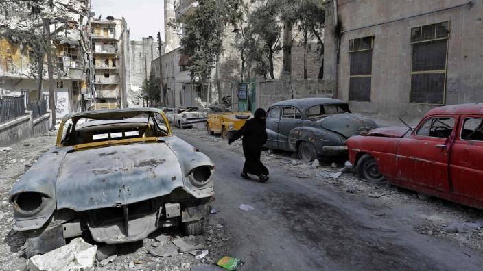 Syrien: Gang durch Trümmer: Teile Ost-Aleppos liegen in Schutt, ein Leben in den früheren Rebellen-Stadtteilen ist kaum möglich.