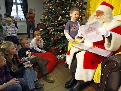 Weihnachtsmann und Kinder; dpa