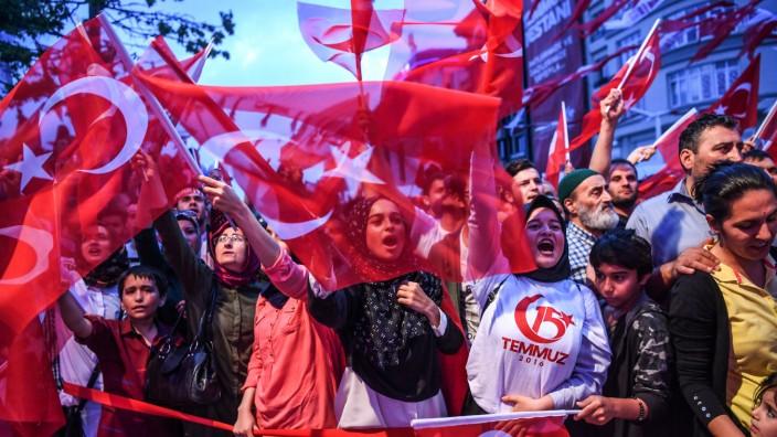 Amnesty in der Türkei: Den Jahrestag des Putschversuchs hat Präsident Erdoğan zum Nationalfeiertag erklärt. Gegen vermeintliche Unterstützer der Putschisten geht er hart vor.