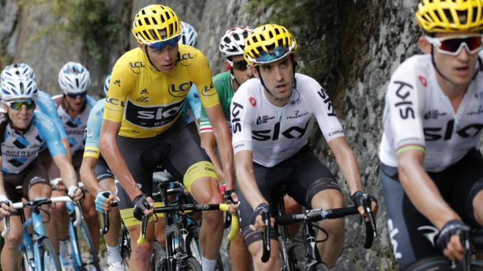 Radsport: Zugkräftiges Sky-Team: Chris Froome (im gelben Trikot) als Tour-Führender 2017 hinter seinen Tempomachern Mikel Nieve und Michal Kwiatkowski.