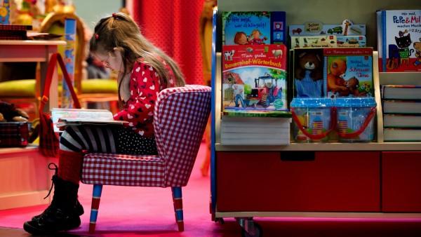 Konsumverhalten von Kindern - Mädchen liest ein Buch