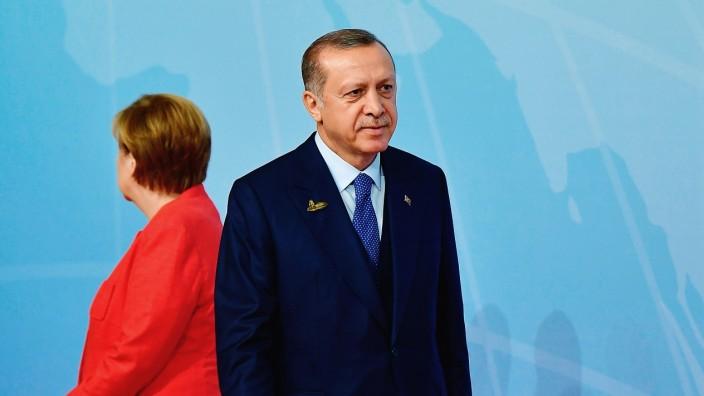 Türkei und EU: Drehten einander schon damals den Rücken zu: Angela Merkel und Recep Tayyip Erdoğan im Juli in Hamburg.