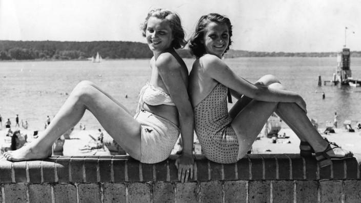 Zwei junge Frauen posieren am Wannsee, 1939