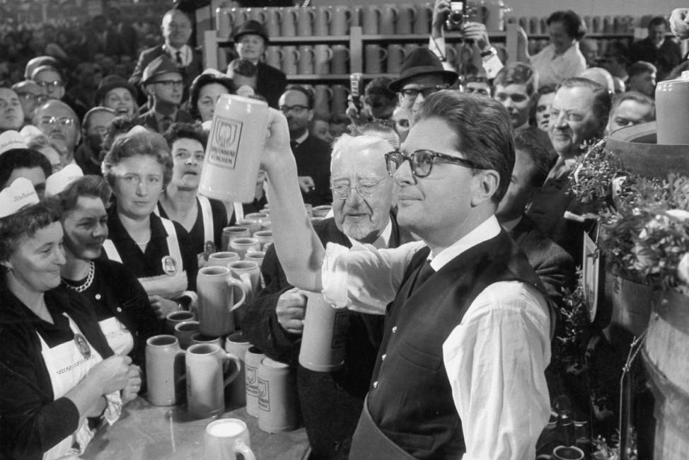 Hans-Jochen Vogel auf dem Oktoberfest, 1960