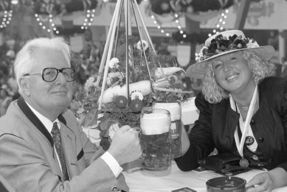 Hans-Jochen Vogel und Renate Schmidt auf dem Oktoberfest, 1997