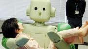 """Streicheleinheiten im Altersheim: """"Ri-Man"""" ist der Name eines japanischen Pflegeroboters. Seit 2006 wird der Prototyp ständig weiterentwickelt. Die menschliche Pflege wird er wohl trotzdem  nie ganz ersetzen können."""