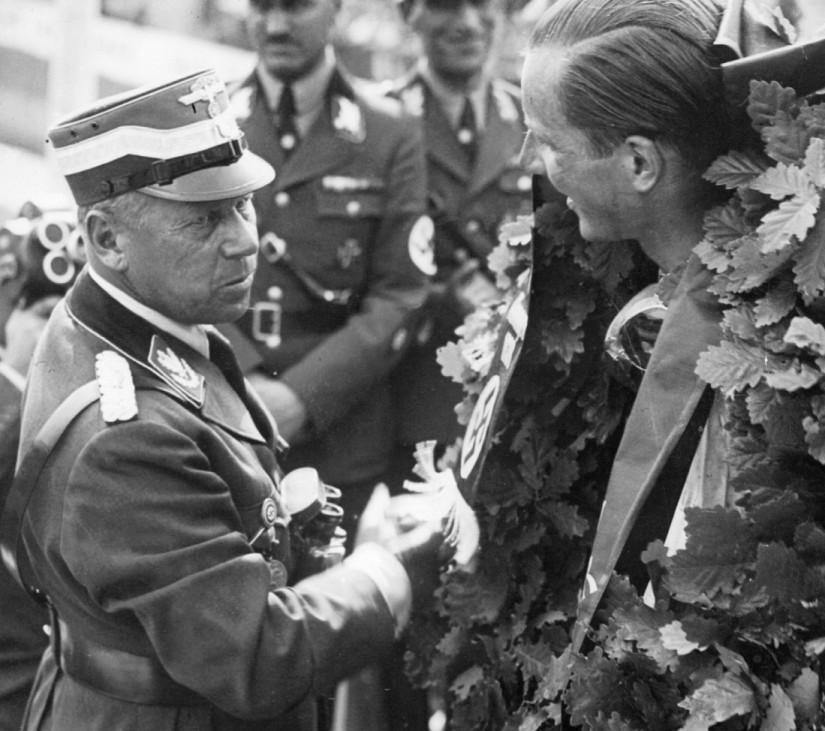 """Adolf Hühnlein ehrt Richard Seaman für den Sieg im """"Großen Preis von Deutschland"""", 1938"""