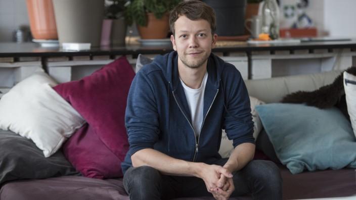 Bedingungsloses Grundeinkommen: Michael Bohmeyer im Büro seiner Initiative in Berlin: Mit 28 hatte er genug zum Leben verdient. Heute, mit 32, sammelt er Spenden, die anderen Menschen ein Grundeinkommen finanzieren.