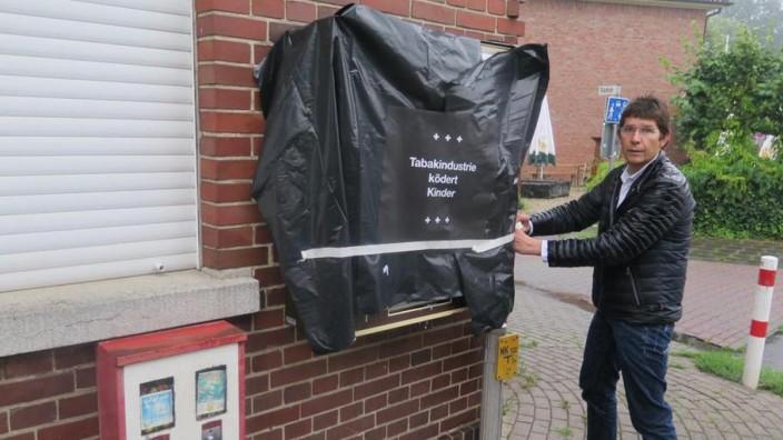 "Tabakgegner Joachim Kamp: ""Es geht um die Symbolik."" Der Internist Joachim Kamp, 51, verhüllt in Emsdetten Zigarettenautomaten."
