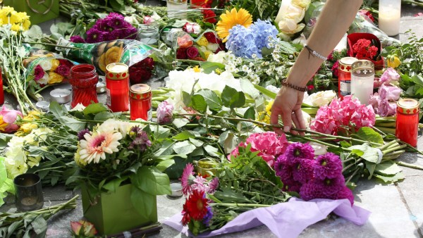 Nach Messerangriff in Hamburg - Blumen vor dem Supermarkt
