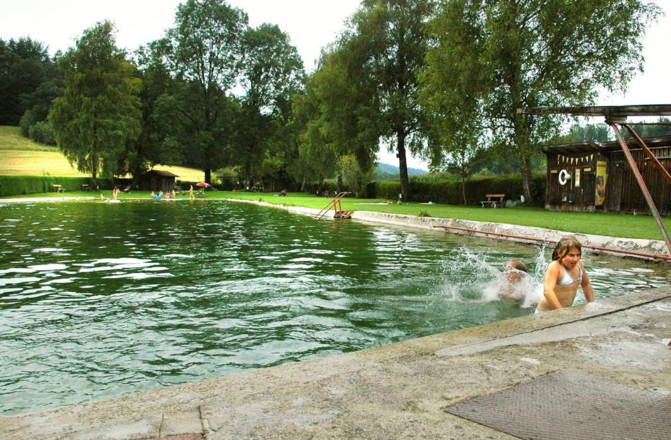 Baden im Naturbad Wiesmühle bei Glonn im Landkreis Ebersberg