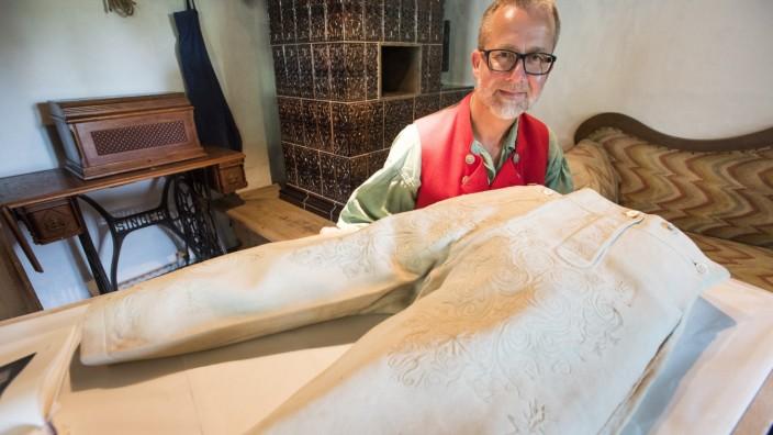 Oberhaching, Wagner-Haus, Alexander Wandinger präsentiert eine 206 Jahre alte Lederhose,