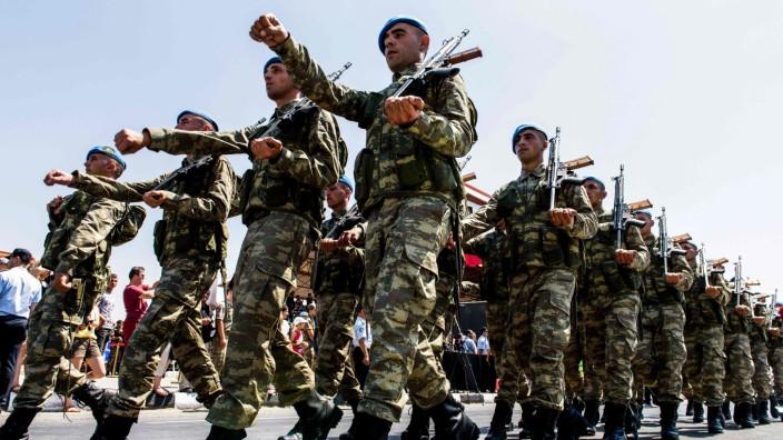 """Türkei: Türkische Soldaten bei der Parade anlässlich des 43. Jahrestages der Invasion auf Zypern vom 20. Juli 1974 in Lefkoşa (Nord-Nikosia), der Hauptstadt der nur von Ankara anerkannten """"Türkischen Republik Nordzypern""""."""