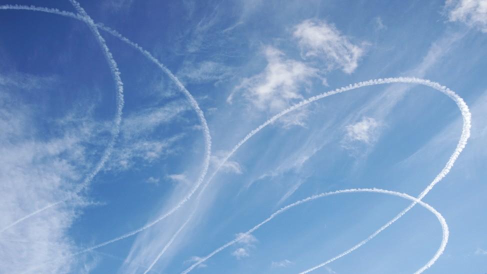 Kuriose Kondensstreifen am Himmel