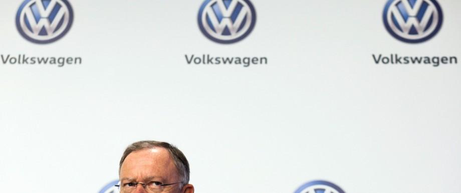 Ministerpräsident vor Volkswagen-Logo.