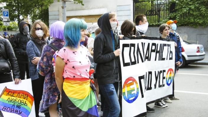 Protestkultur in der Ukraine: Vermummte Demonstrantinnen auf dem Kiew Pride 2017.