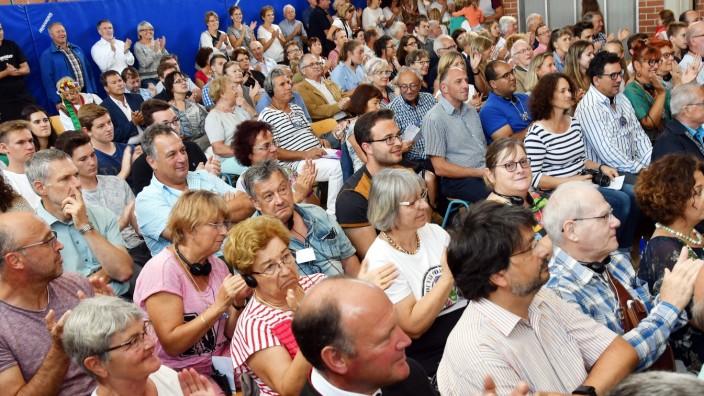 Podiumsdiskussion: Die Turnhalle der Bockhorner Grundschule war gut gefüllt, die Podiumsdiskussion stieß auf großes Interesse.