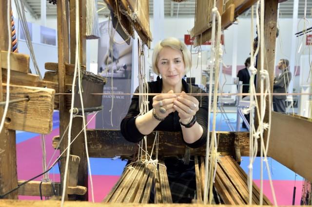 Posamentenmacherin auf der Internationalen Handwerksmesse in München.