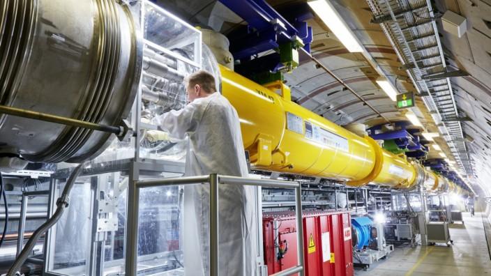 Arbeiten an den Modulverbindungen im European XFEL-Linearbeschleuniger Connecting modules in the European XFEL linear accelerator