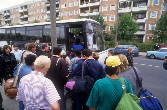 Reportage Ausschreitungen Rostock Lichtenhagen 1992 Flüchtlinge werden in einen Bus gebracht