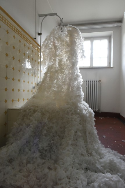 München: Wasser ist eine Kostbarkeit: Die Künstlerin Carlotta Brunetti lässt ein Federkleid aus einer Brause fließen.