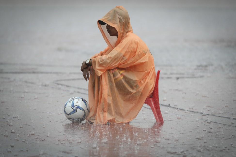 Südostasienspiele - Balljunge im Regen