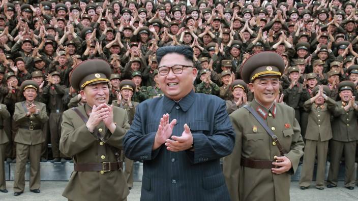Atomkonflikt: Kim Jong-un, diktatorischer Anführer eines Verbrecherstaats, dokumentiert im Streit mit den USA seine Entschlossenheit.