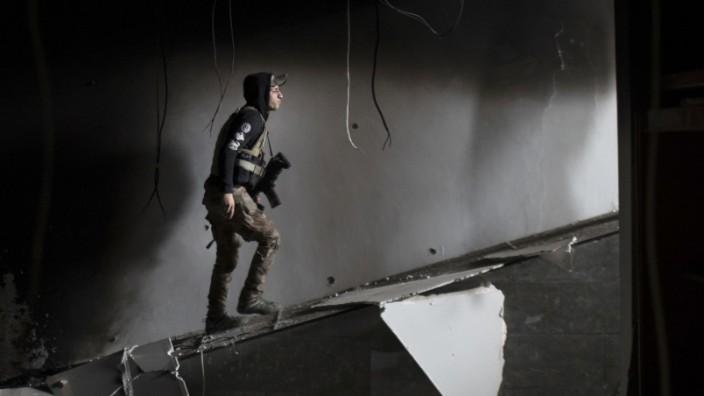 Archäologie: Viele Museen, archäologische Stätten und Denkmäler werden nach wie vor durch Kampfhandlungen zerstört: ein irakischer Soldat im schwer beschädigten Museum von Mossul.