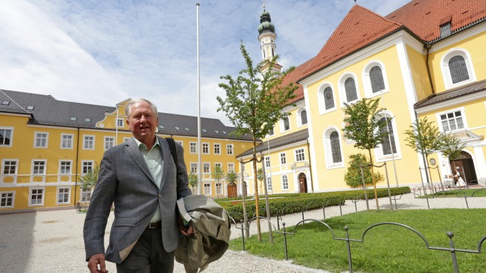 Ungleiche Bezahlung: 32 Jahre lang unterrichtete Helmut Zimmermann Chemie und Biologie am Gymnasium Seligenthal. Er will der Schule nichts Böses, sagt er. Er geht immer noch gerne hin.