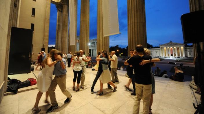 Sommer in München: Die Tanzpaare genießen die Abende auf dem Königsplatz.