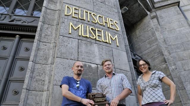 Wertvolle Maschine: Ihr Fund bekommt einen Ehrenplatz im Deutschen Museum. Volker Schranner (links) und Max Schöps machen der Kryptografie-Expertin Carola Dahlke eine große Freude mit ihrem Geschenk.