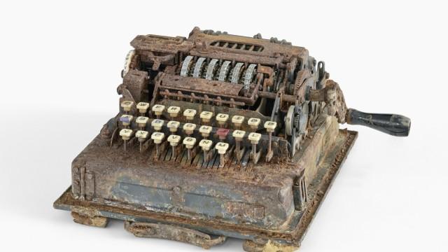 Wertvolle Maschine: Das Schlüsselgerät 41 wurde in einem Ayinger Waldstück gefunden.