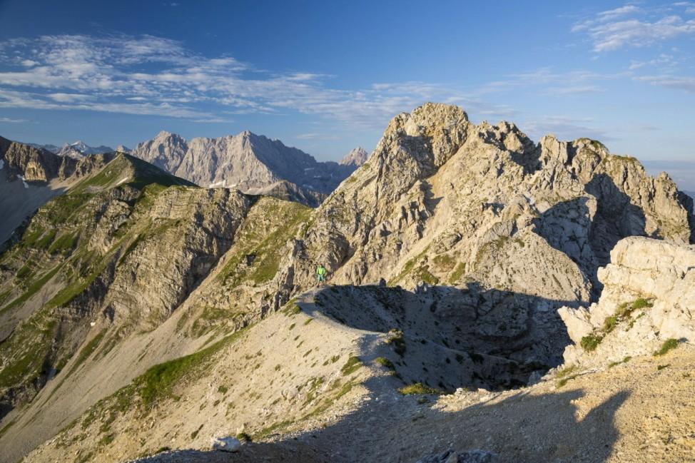 Grat über dem Soiernkessel von der Schöttelkarspitze zur Soiernspitze dahinter Karwendel Bayern
