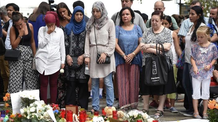 Terror in Katalonien: Musliminnen trauern am Samstagnachmittag auf der Rambla, die Ziel eines Terroranschlags wurde.