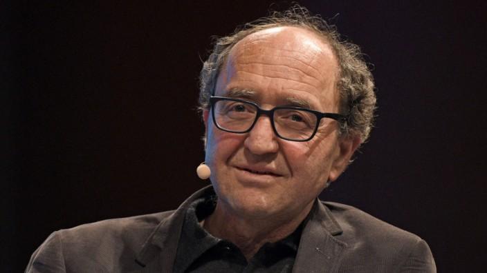 Haftbefehl für Schriftsteller: Ein Deutscher, der einst Türke war, ein Kölner, der so gerne Istanbuler geblieben wäre: der Schriftsteller Doğan Akhanlı, hier bei einer Diskussion während eines Literaturfestivals im März in Köln.