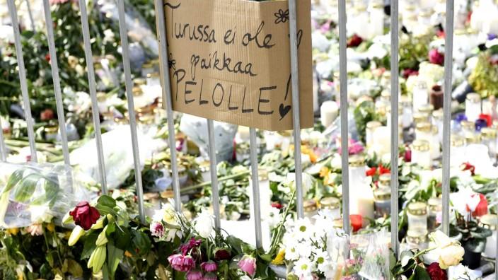 """Finnland: Am Ort des Anschlags in Turku haben Menschen Kerzen und Blumen nach dem Anschlag niedergelegt - und ein Schild mit der Aufschrift: """"Es gibt keinen Platz für Angst in Turku""""."""